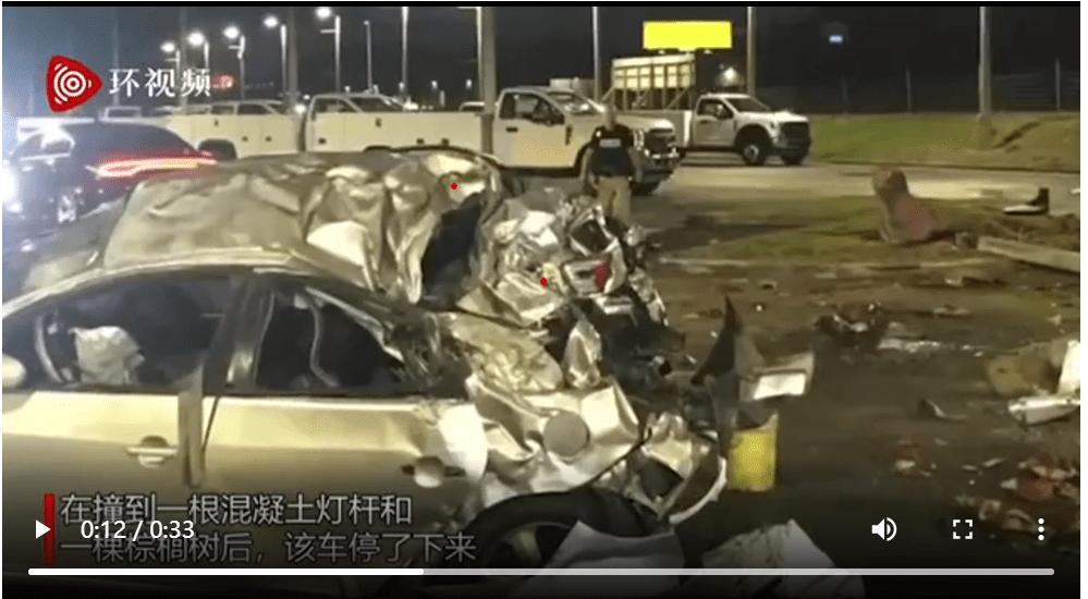 佛州女子无照醉驾酿成车祸,汽车飞出围栏,乘客被甩出车门