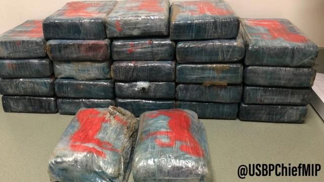 游客在佛州海边发现一个包裹价值970万 打开一看立马报警