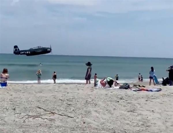 航展表演时出意外:国外一飞机海滩紧急迫降