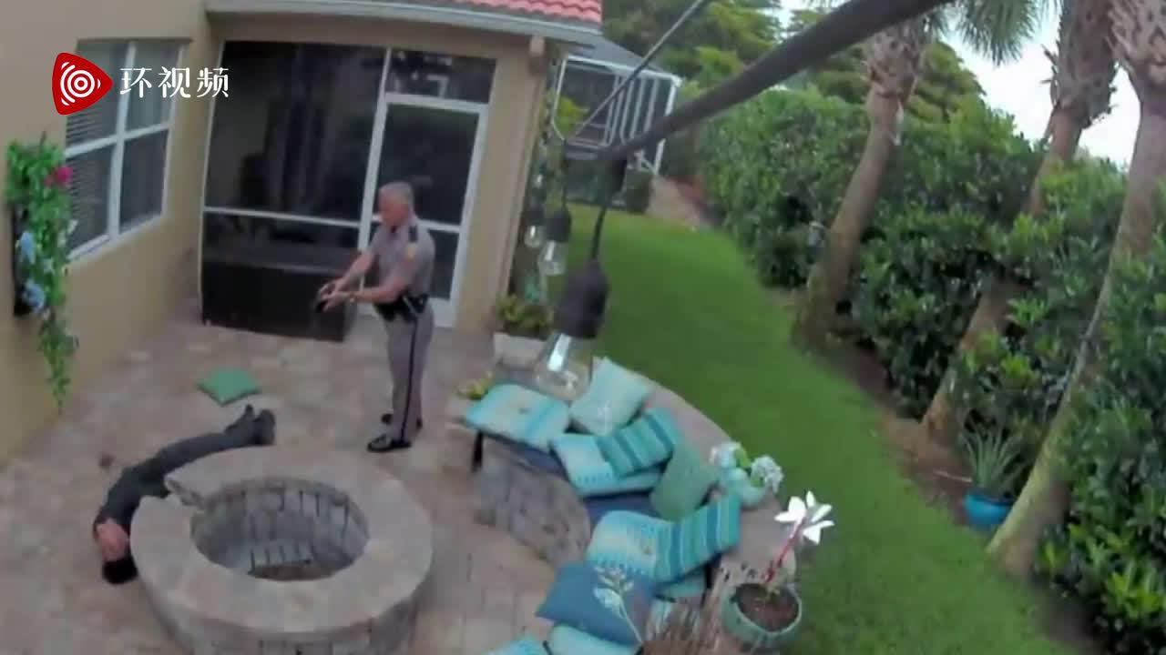 佛州少年在女友家后院玩手机时被警察用电击枪击中