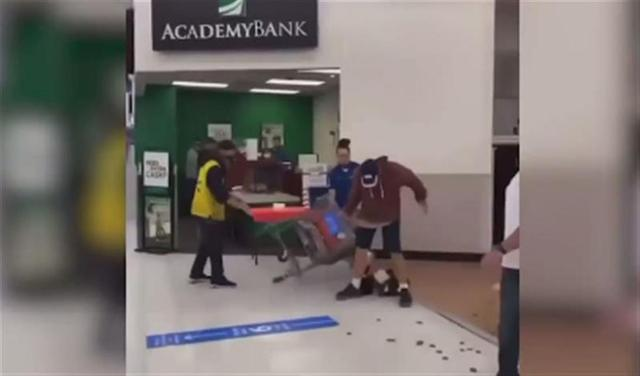 佛州男子不戴口罩闯沃尔玛还吐口水,被店员一拳揍晕在地!