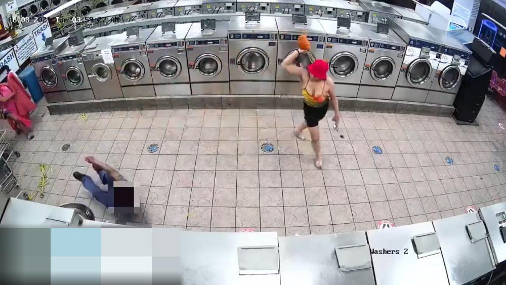 纽约两名女子在洗衣店袭击69岁老人 警方公布视频寻找嫌犯