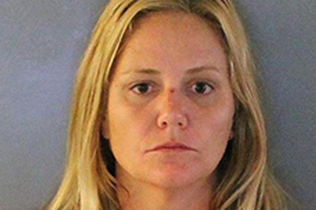 """佛州38岁女子去监狱探望男友因多次""""亮胸""""被捕"""