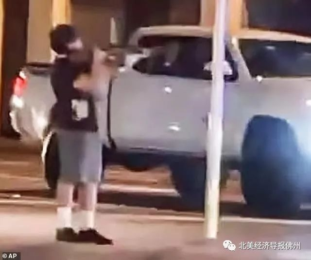 佛州17少年持气枪与警方对峙,遭12枪击毙